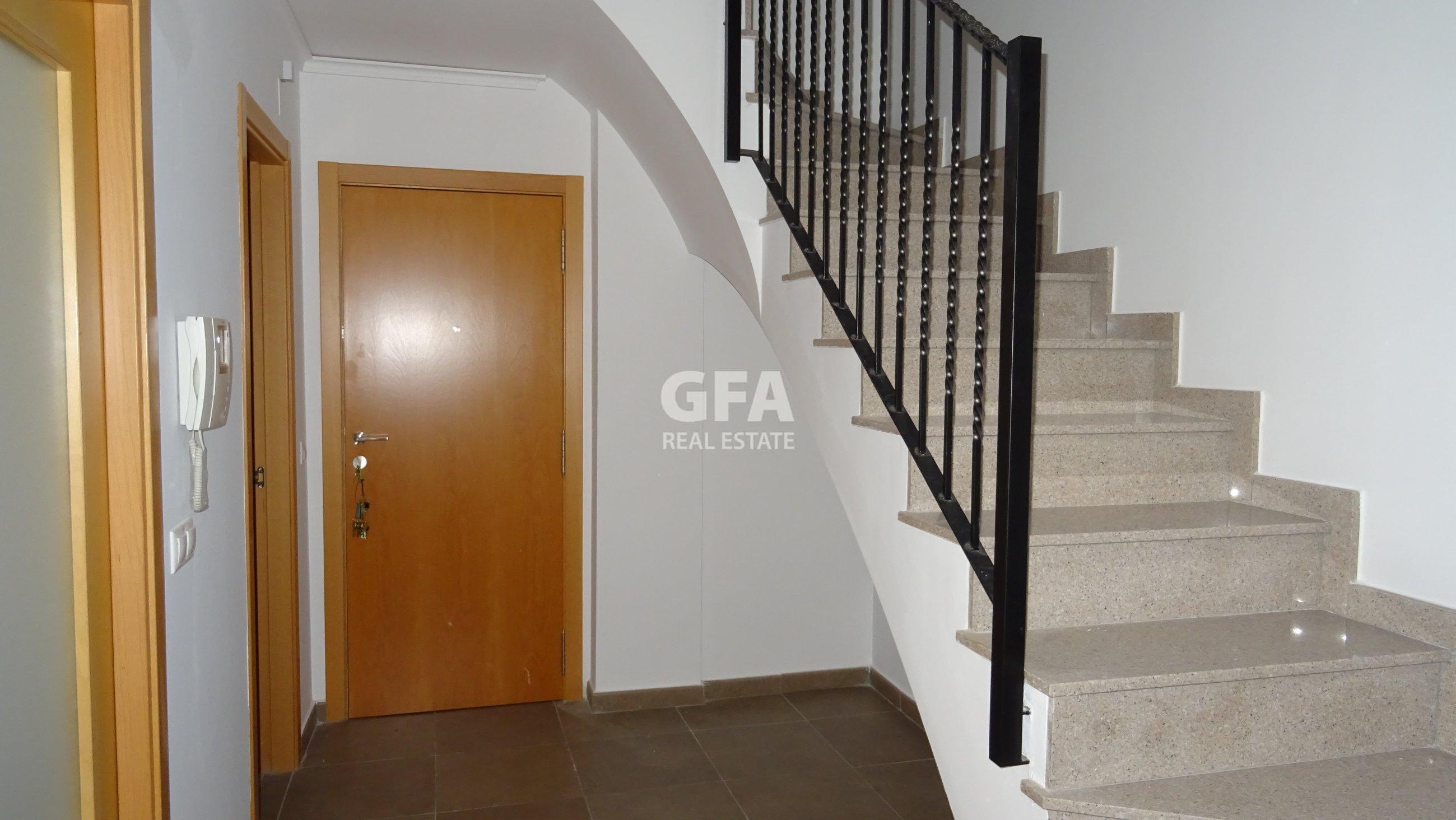 Pisos de alquiler en Masamagrell calle bonaire escalera