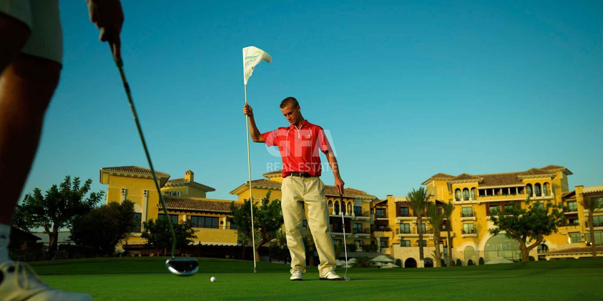 Residencial obra nueva Mar Menor Golf Resort jugador de golf