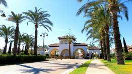 Residencial obra nueva Mar Menor Golf Resort entrada acceso vehículos