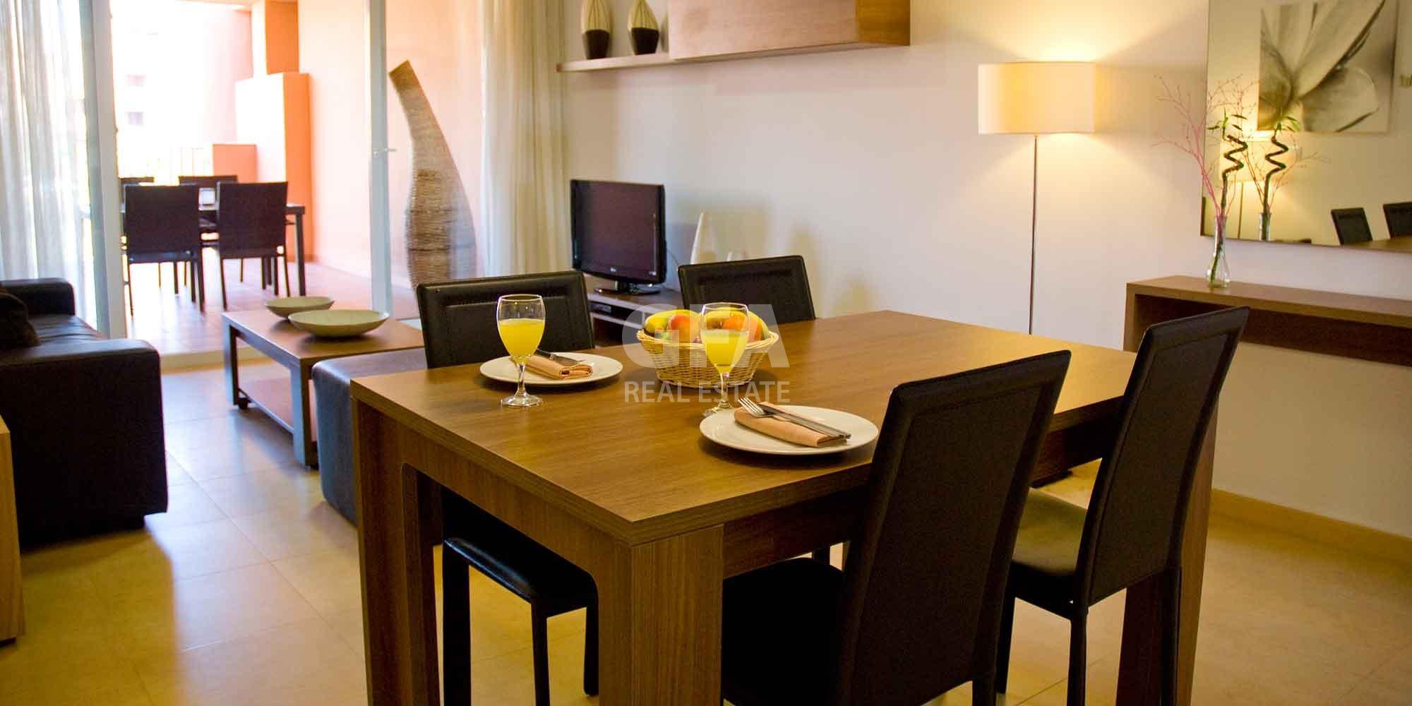 Residencial obra nueva Mar Menor Golf Resort mesa comedor salón piso piloto