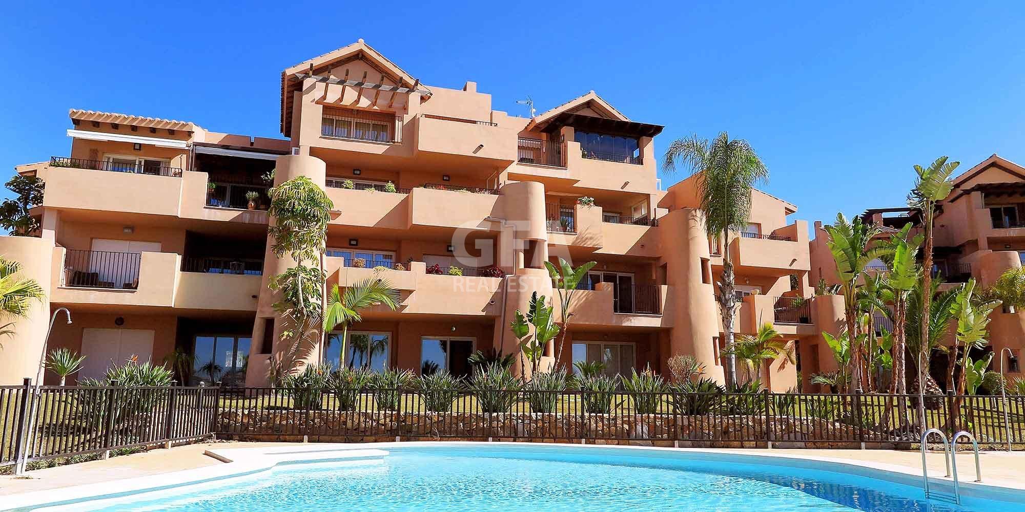 Residencial obra nueva Mar Menor Golf Resort fachada desde piscina